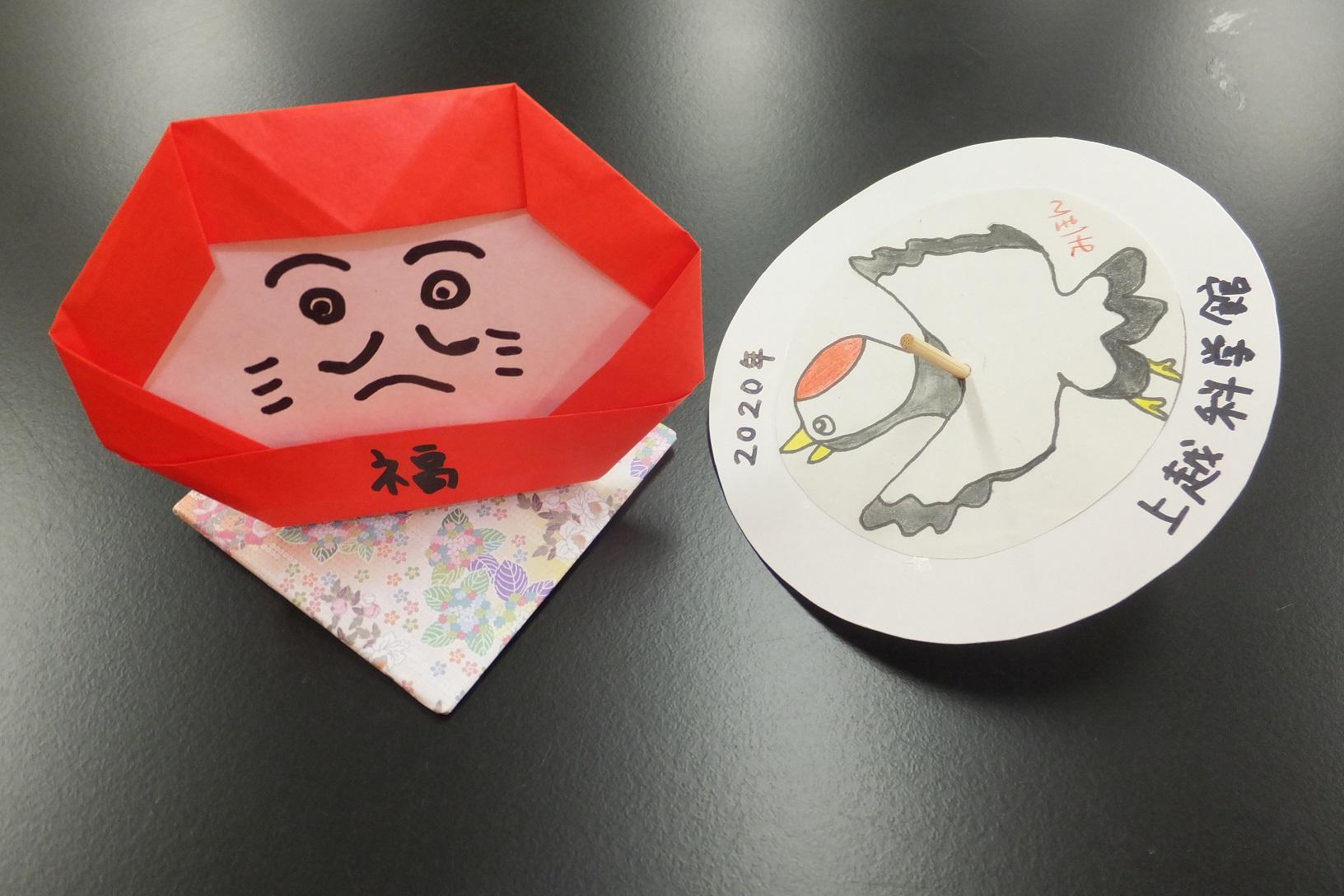 左:だるまさんがくるりん 右:新春!生き物大回転コマ小